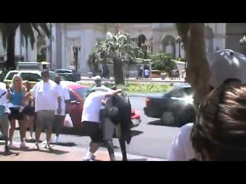Batman - Batman se fait taper par un touriste